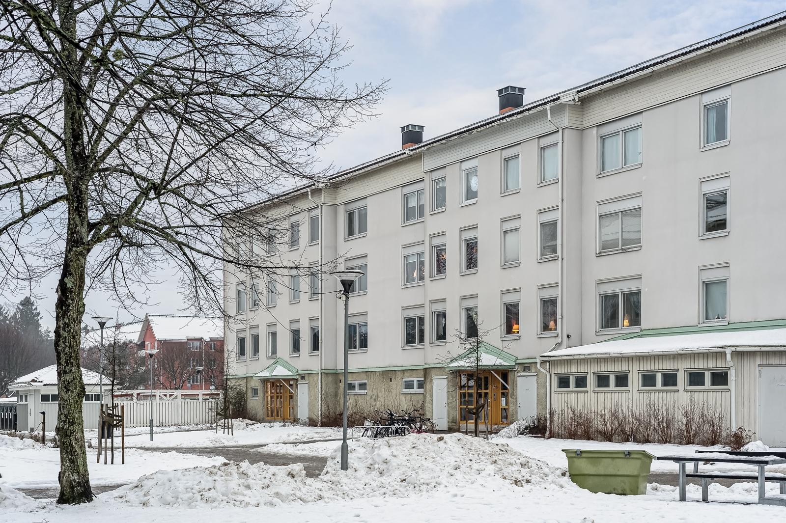 LJUS VÄLPLANERAD GAVEL 4:A MED STORT BURSPRÅK, HISS OCH INGLASAD BALKONG