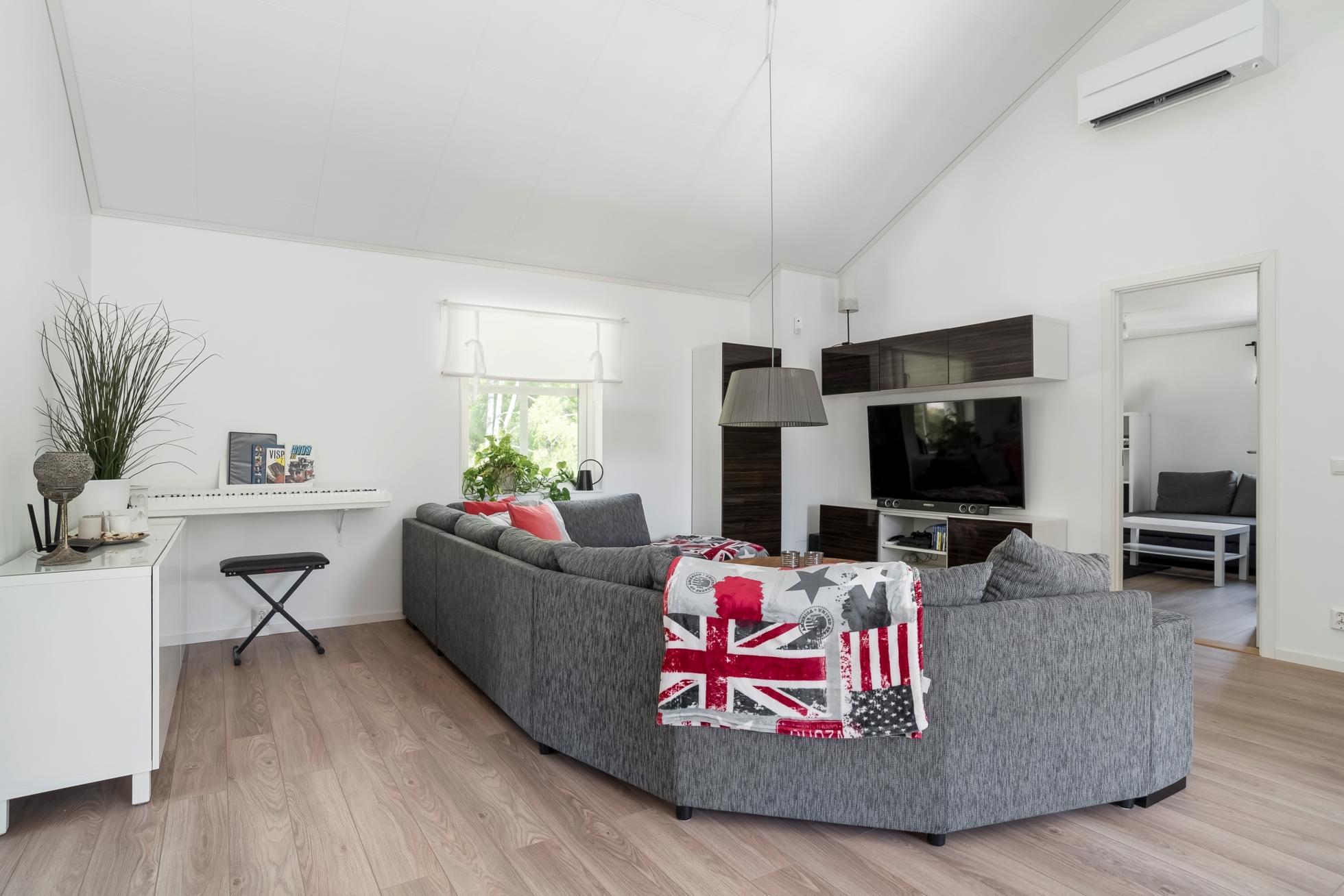 Havsnära familjevilla i nyskick – 5 sovrum, 6m i takhöjd